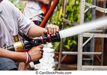 bombeiro, usando, água, mangueira, Para, impedir,...