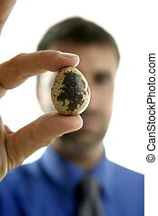 hombre de negocios, tenencia, codorniz, frágil, huevo