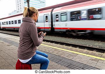 mujer, esperar, para, tren, y, Escribe, Sms,