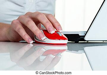 mulher, em, escritório, com, computador, rato,