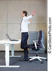 hombre, ejercicios, en, oficina,