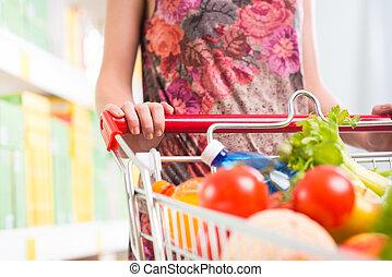 mujer, en, supermercado, con, Lleno, carrito,