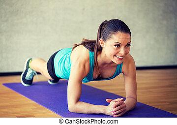 Sourire, femme, faire, exercices, sur, natte, dans, Gymnase,...
