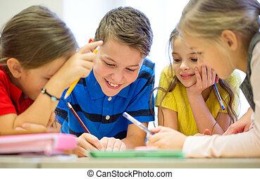 Grupo, de, estudantes, falando, e, escrita, em, escola,
