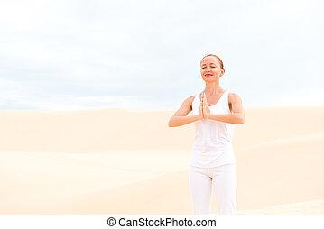 joven, mujer, Practicar, yoga,