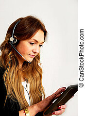 Call Center agent - eine junge Call center agentin im...