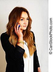 Businessfrau - eine junge Geschftsfrau bei einem telefonat