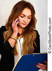 Callcenter - eine junge Geschftsfrau bei einem...