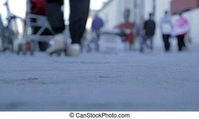 Piedi persone - Ripresa sfuocata di persone che camminano in...
