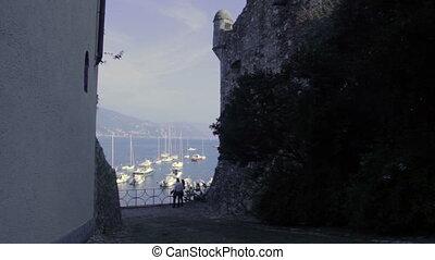 Porto italiano, squarcio tra due case, ripreso in liguria