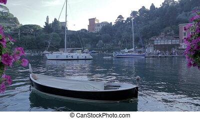 Barca nel porto - Porto italiano, particolare di una parca,...