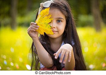 CÙte, folha, sobre, amarela, hispânico, menina, escondendo