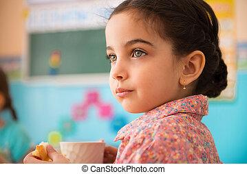 lindo, hispano, niña, con, taza, de, leche, en,...