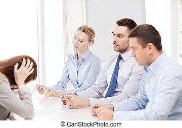 mujer de negocios, obteniendo, encendido, en, oficina,