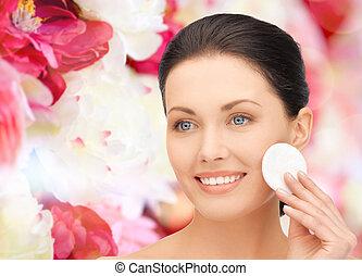 sorrindo, mulher, Limpeza, rosto, pele, com, algodão,...
