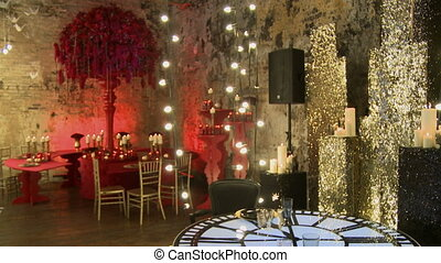 Chic wedding interior in red and gold tones - Chic wedding...