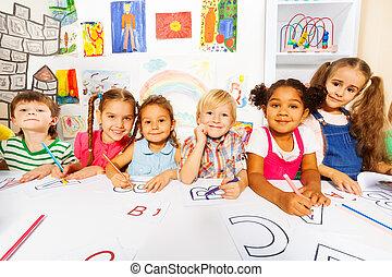 Grupo, meninas, meninos, leitura, crianças, classe