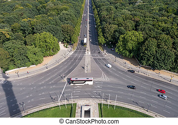 roundabout traffic at the siegess?ule in berlin