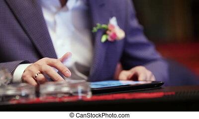 Groom on tablet - On large plate leafing groom photos