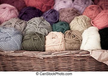colorido, diferente, lana, hilo, pelotas, en, mimbre, cesta,...