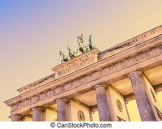 brandenburger tor in berlin in evning time