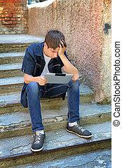 triste, adolescente, com, tabuleta, computador,