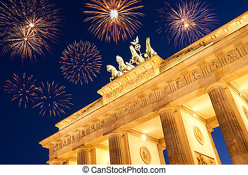 fireworks at brandenburger tor on new years eve