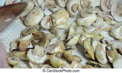 Fry the mushrooms in the pan