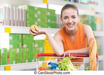 mujer, compra, fruta, en, Tienda,