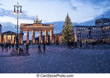 brandenburger tor in winter in berlin