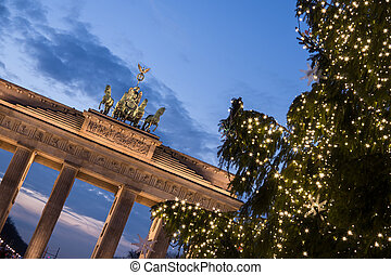 brandenburger tor at christmas time in berlin