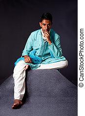 Hindu, homem, sentando, pensando