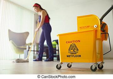 mulher, fazendo, afazeres, Limpeza, chão, em, lar,...