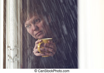 Solitário, mulher, bebendo, café, em, escuro,...