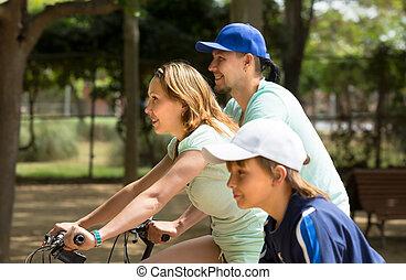 pareja, con, hijo, en, bicycles,