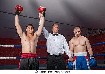 deux, boxeur, hommes, debout, dans, ring., arbitre, levage,...