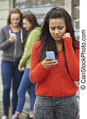 adolescente, niña, ser, intimidado, por, texto,...