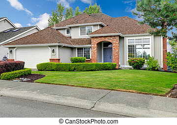 American house exterior with curb appeal - Classic house...