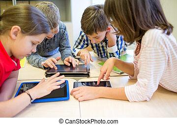 Grupo, de, escola, crianças, com, tabuleta, PC, em,...