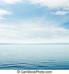 azul, mar, y, nublado, cielo, encima, él,