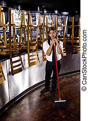 trabalhador, varrendo, chão, fechado, barzinhos