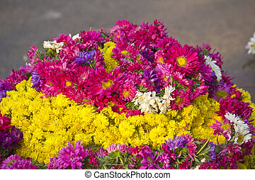 Flower garlands for sale close to Hindutenple in Mysore
