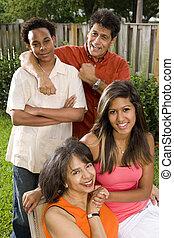 interracial, familia, relajante, espalda, Yarda