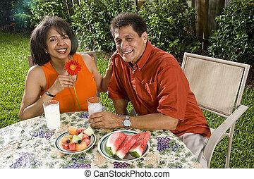 Maduro, interracial, pareja, teniendo, refrescos
