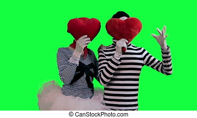 The couple of mimes in love - The mimes against a green...