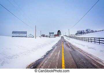 Schnee, bedeckt, Bauernhof, entlang, a, land, Straße,...