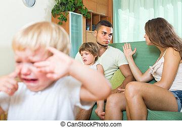 pareja, con, niños, teniendo, pelea,