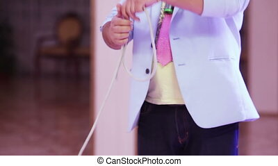 Focus with rope - Magician on holiday demonstrates tricks...