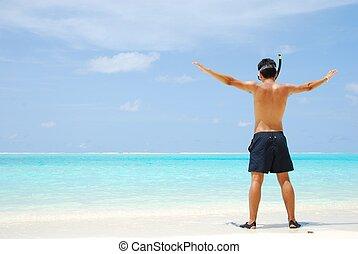 joven, hombre, listo, ir, Snorkeling, (wide, abierto, arms)