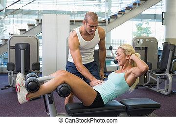 macho, treinador, Ajudar, mulher, com, abdominal, crunches,...